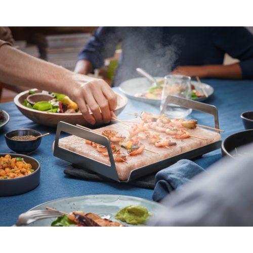 ahjus eelkuumutatud soolablokiga laual toidu valmistamine