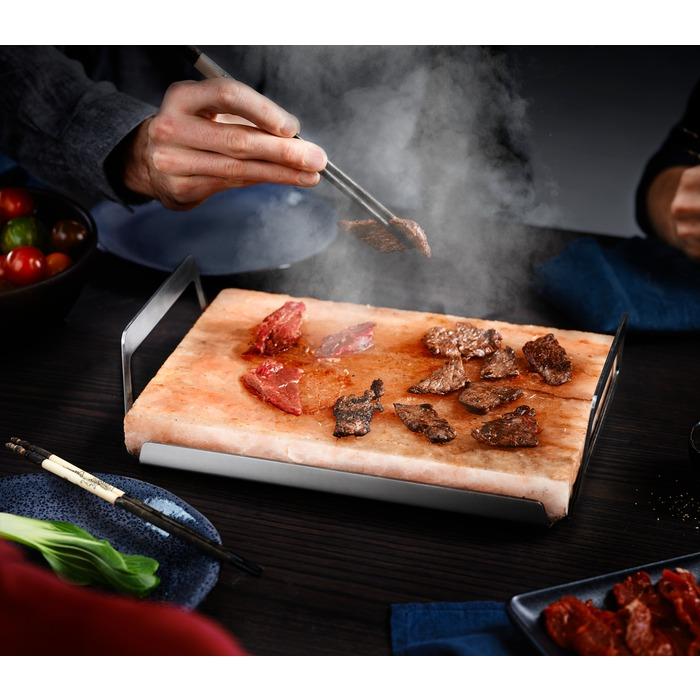 ahjus eelkuumutatud soolablokiga laual toidu valmistamine2
